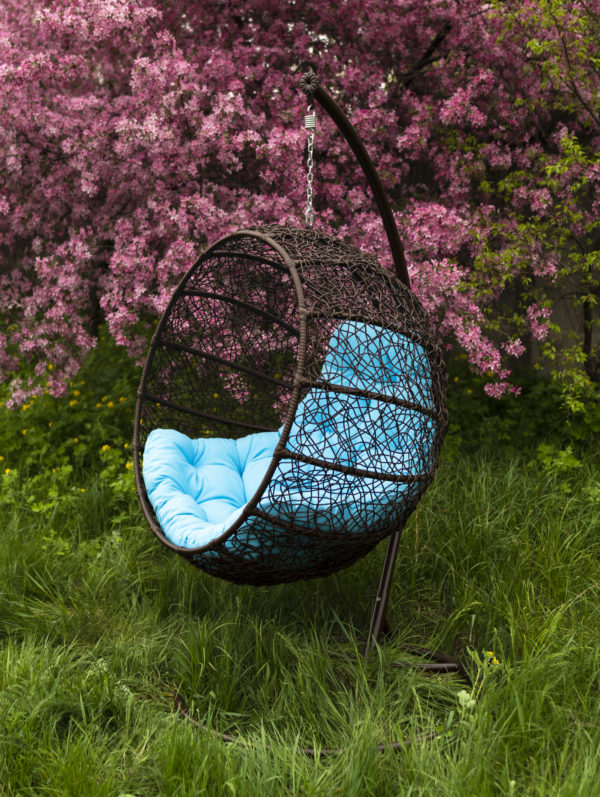 Подвесное кресло кокон Фиеста в саду