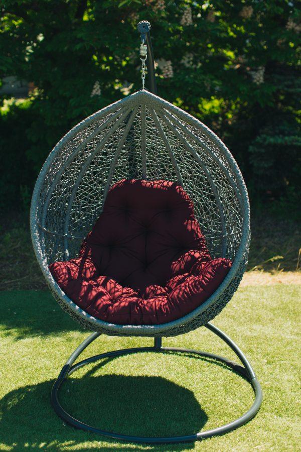 Серое подвесное кресло с матрасом бордо
