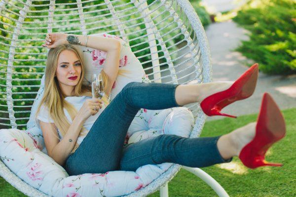Кресло кокон Кит с красивой девушкой
