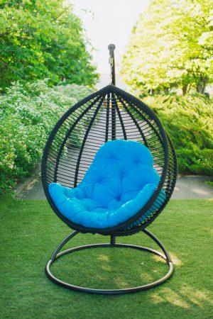 чорне підвісне крісло Кіт ЮМК з голубою подушкою