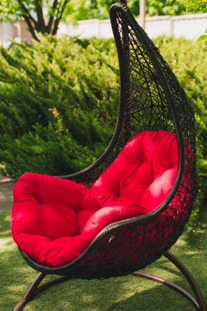Чёрное подвесное кресло Леди с красной подушкой