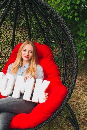Чёрное подвесное кресло с красной подушкой от ЮМК