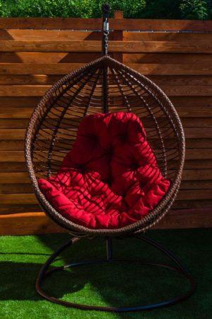 кресло кокон кит шоколад с красной подушкой