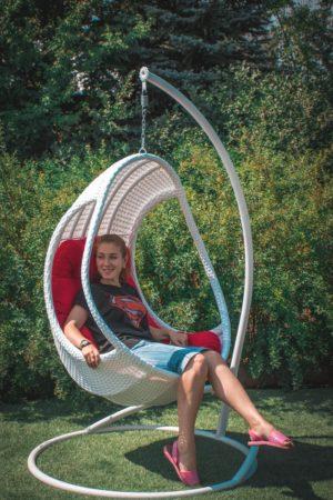 Подвесное кресло Комфорт люкс с девушкой