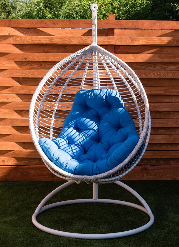 белое подвесное кресло с горизонтальным плетением