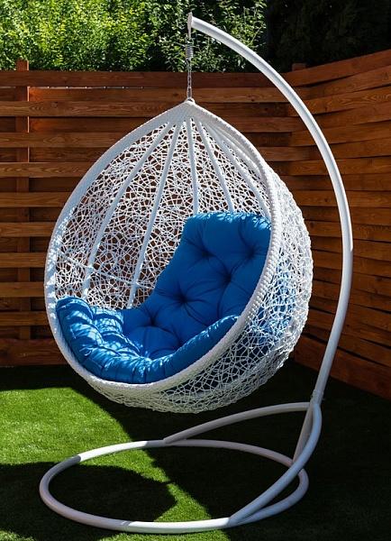 Подвесное кресло на стойке Веста белое с голубой подушкой