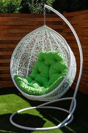 кресло кокон Веста на улице белое с салатовой