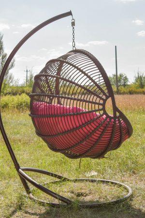 крісло ракушка коричневе зі стійкою Арієль