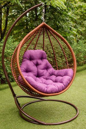 крісло кокон Кит коньяк з фіолетовою подушкою