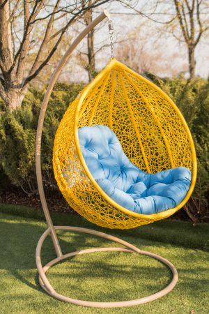 кресло кокон жёлтое с голубой подушкой