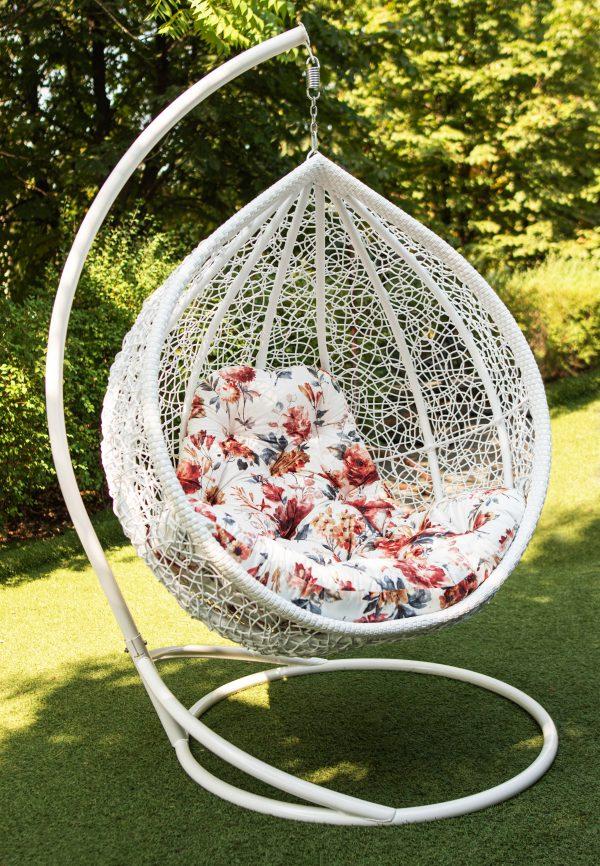 біле підвісне крісло з кольоровою подушкою