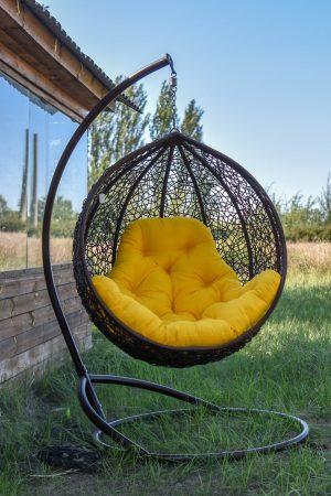 Кресло кокон шоколад с жёлтой подушкой