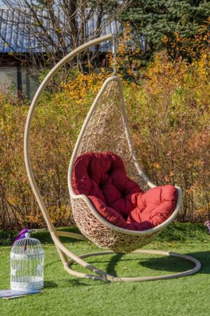 Подвесное кресло Леди беж с красной подушкой