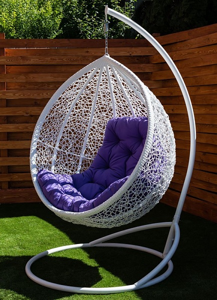Бнлое кресло кокон Веста с подушкой фуксия