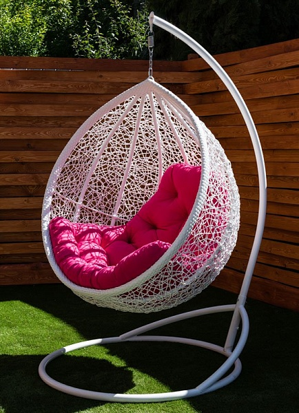 подвесное кресло кокон с малиновой подушкой