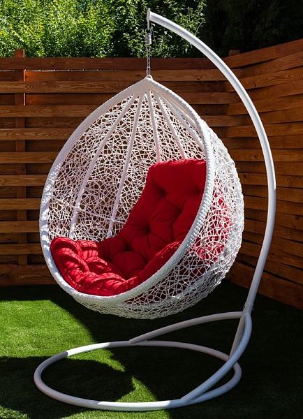 усиленное подвесное кресло с красной подушкой