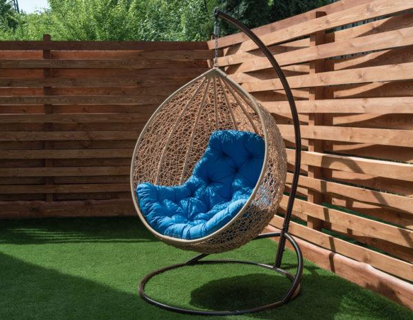 подвесное кресло Биг бежевое с голубой подушкой стойка шоколад