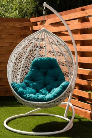 белое подвесное кресло Джулия с бирюзовой подушкой