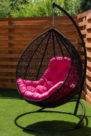 Подвесное кресло глория чёрное с малиновой подушкой