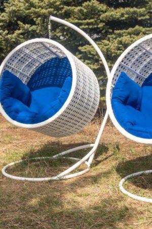 белые кресла из ротанга с синими подушками