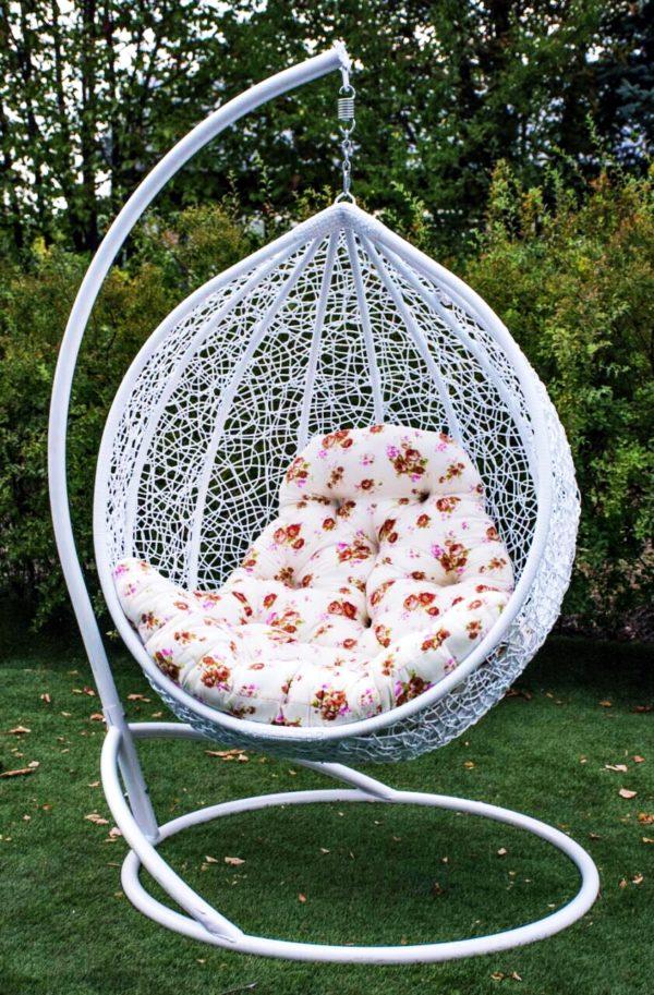 Подвесное кресло Эмилия белая в саду