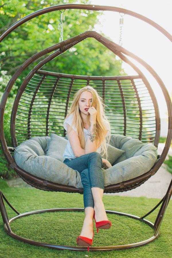 Красивое подвесное кресло качеля из ротанга Галант премиум