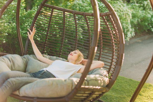 Кресла качели подвесные на стойке из ротанга