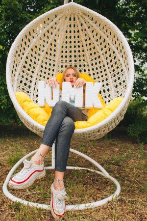 девушка в белом подвесном кресле от ЮМК Асоль