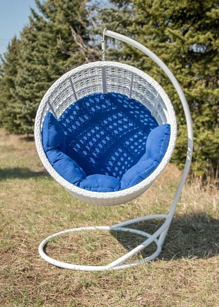 кресло из ротанга на улице