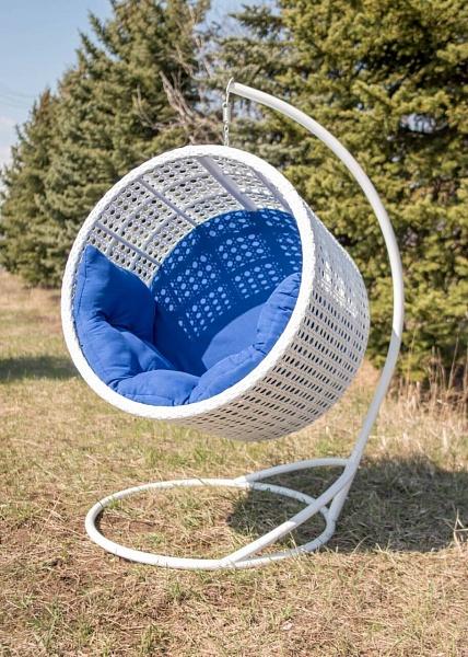 Подвесное кресло Престиж возле ёлки