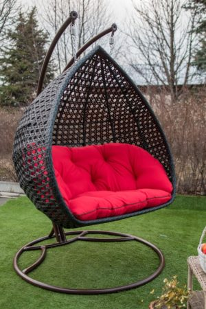 Садовая качеля из ротанга Дабл Премиум чёрная с красной подушкой