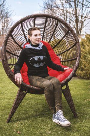 Вместительное садовое кресло кокон на ножках