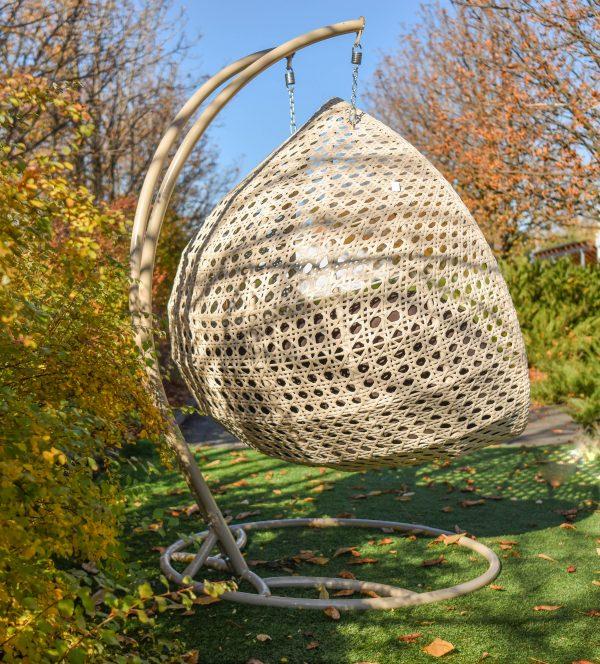 Плетение из ротанга на кресле коконе