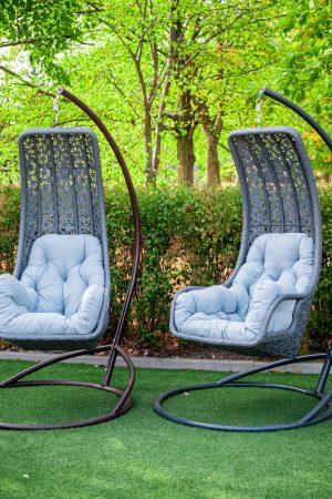 підвісні крісла качалки з сірого штучного ротангу