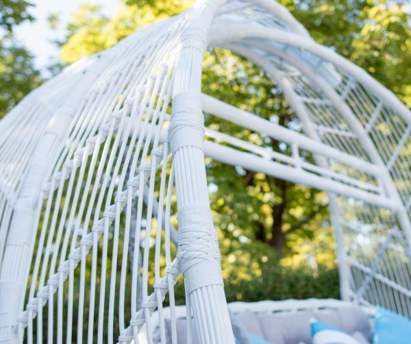 Белое плетение на арке качели Мароу