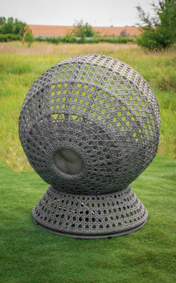 поворотное кресло шар искусственный ротанг на улице
