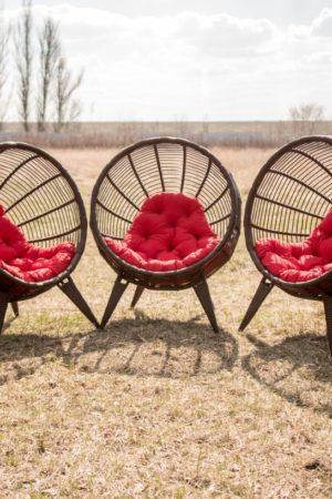 Плетёные кресла коконы из ротанга Манго