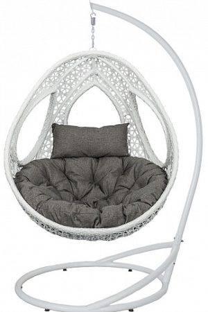 белое подвесное кресло на белом фоне