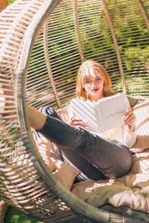 Девочка читает книгу в кресле коконе Арена биг от ЮМК