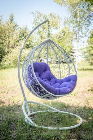 Белое плетёное кресло из искусственного ротанга