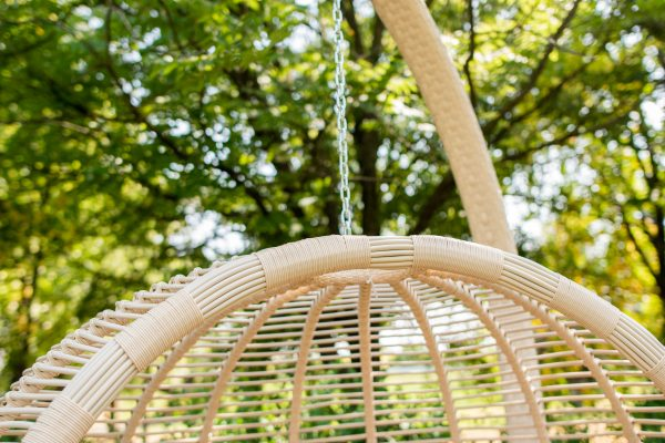 крісло підвісне для саду з плетеною стійкою