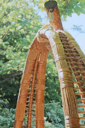 плетение на подвесной качеле из ротанга