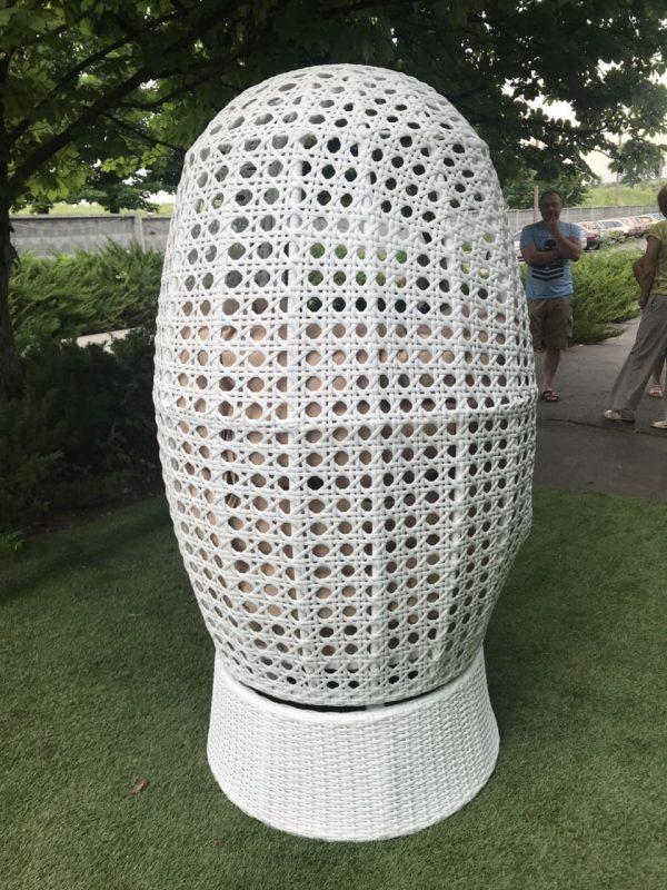 Плетёное кресло белым ротангом Аспекту