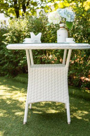 маленький плетений столик