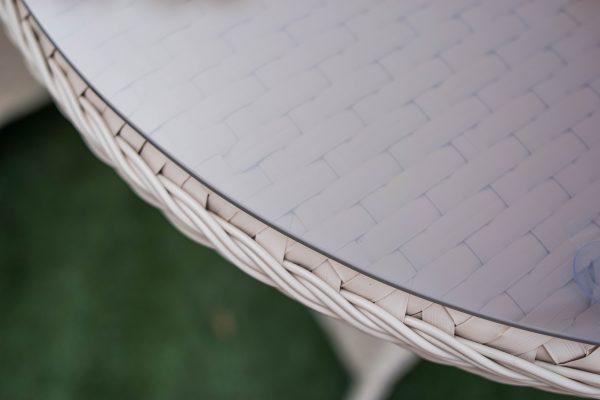стекло на столике из ротанга