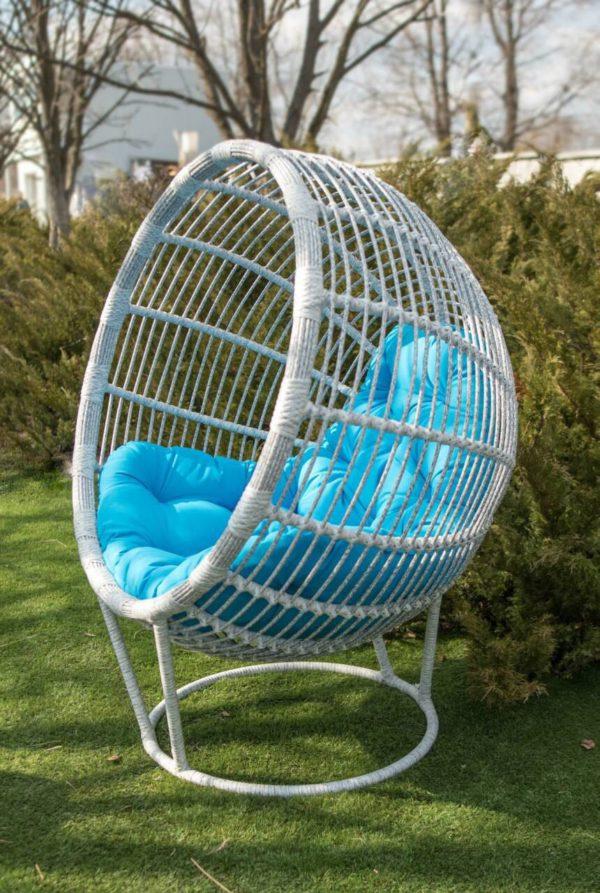 кресло из ротанга берёза с голубой подушкой