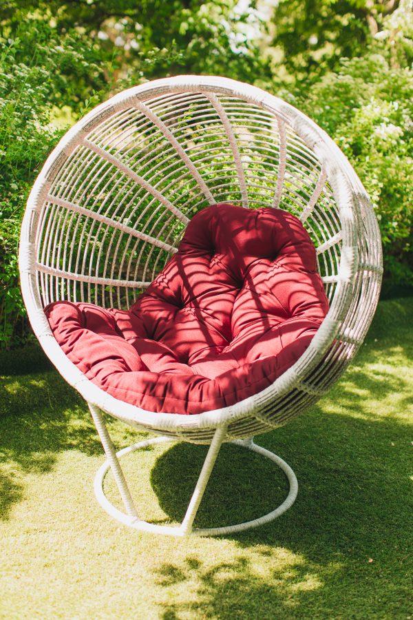 Плетёное кресло кокон из искусственного ротанга Бьянка белое с бордо