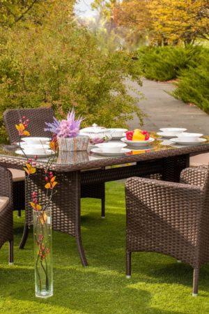 Мебель плетёная для кафе на газоне