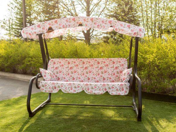Садовая качеля нежно розового цвета