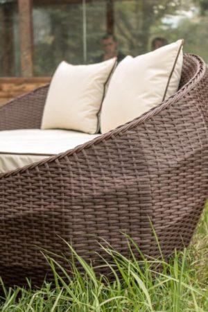качественный коричневый ротанг на садовой мебели